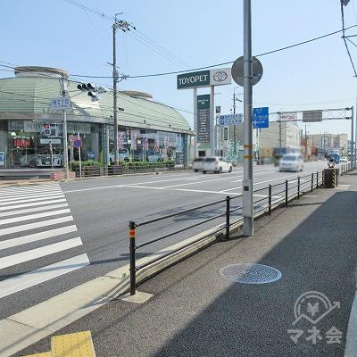 稲2丁目交差点の横断歩道を渡り、トヨペットを左手に進みます。