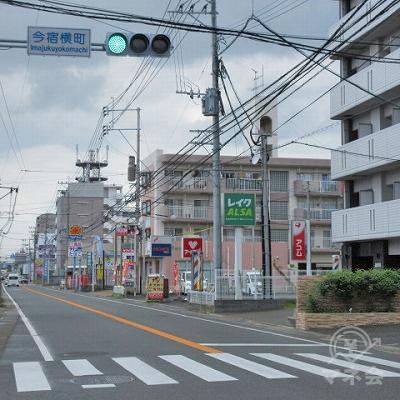今横町交差点で横断歩道を渡り、レイクALSA看板がある方向に進みます。