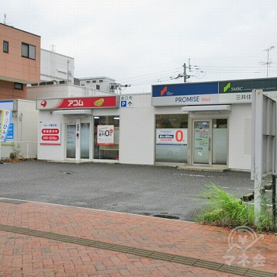 看板がある敷地内にプロミスの店舗があります。