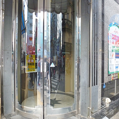 入口はビルの角にあります(曲面の自動扉)。左は靴屋です。