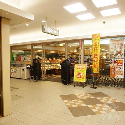 スーパーに突き当たったら、左折します。