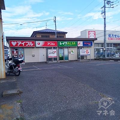 左手にアコム店舗が見えます。