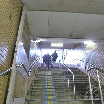 階段を上がり、地上に出ます。
