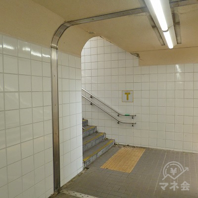 30mほどで地下道が突き当たりますので、左側の階段を上がります。