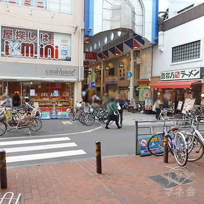 階段を下りてすぐ左が横断歩道、その右にラーメン店が見えます。