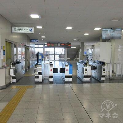 JR和歌山線大和小泉駅の改札(1つのみ)を出ます。
