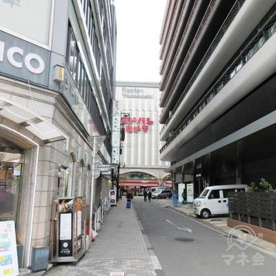 大将軍駅前ビルと京都タワーホテルの間の路地を進みます。