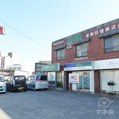 2階建ての建物の1階部分、一番左にレイク店舗があります。