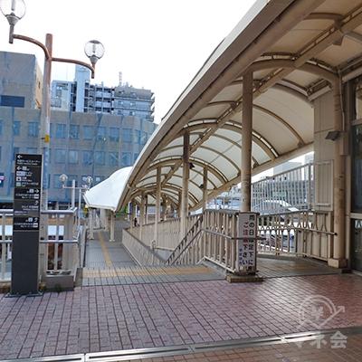 駅ビル出口から更に直進する連絡橋(さんくす橋)を渡ります。