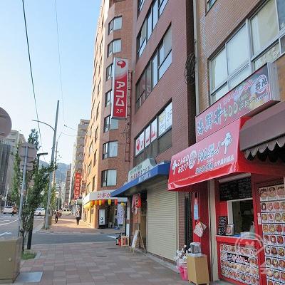 アコムの看板がある建物が目的地建物です。
