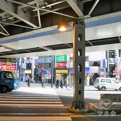 駅前の横断歩道の向かいにレイクの看板が見えます。