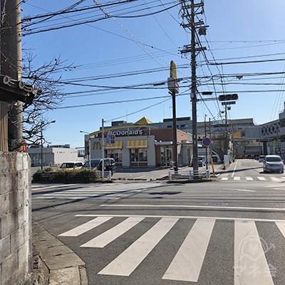 マクドナルドのある交差点を左折します。