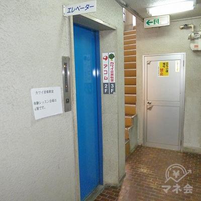 左手にエレベーターが現れます。