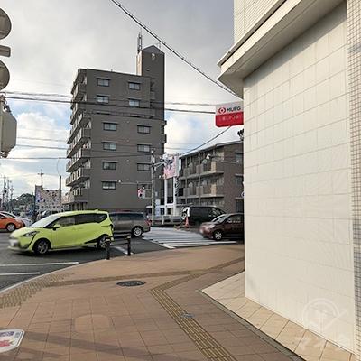 三菱UFJ銀行の交差点を右折します。