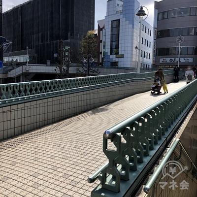 歩道橋に出るので右折し、日高屋方面に道なりに進みます。