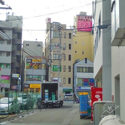 レイクALSAの看板がある建物が見えてきます。