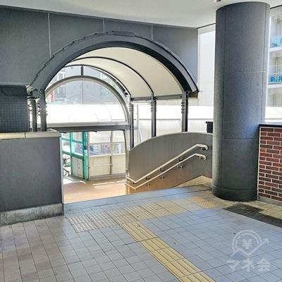 直進すると階段がありますので下りましょう。