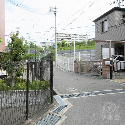 住宅街を抜けて、右(百済寺跡方向)へ進みます。