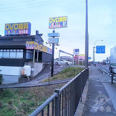 店舗は左手に見えるインターネットカフェに併設されています。