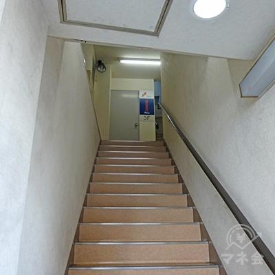 階段の奥にプロミスの看板があります。