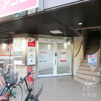 建物の階段横にアコム入口があります。