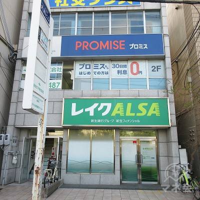 先の看板左隣が目的地建物です。