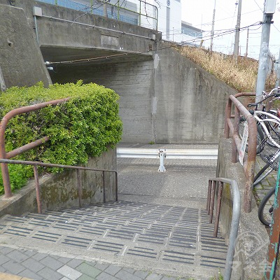 脇道先にある階段を下りて、左折します。