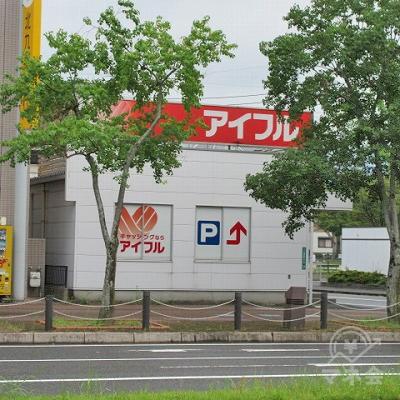 田原小学校入口交差点の手前から、道路を挟み左側にアイフルが確認できます。