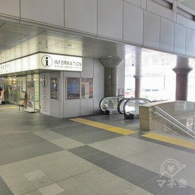 総合案内所、正面右側のエスカレーター又は階段で下へ行きます。