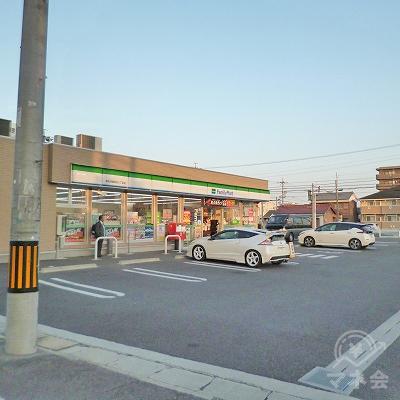左手にファミリーマートがある交差点を左折します。