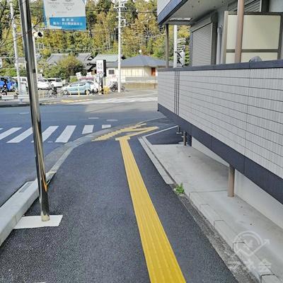 坂を下ります。道に沿って右に曲がりましょう。