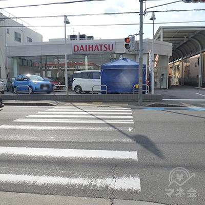 ダイハツ前の横断歩道を渡り、右折します。
