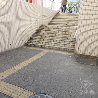 駅外に出たら左手の階段で上へ上がります。