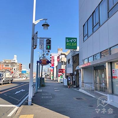 銀行前を左方向へ50mほど歩きます。