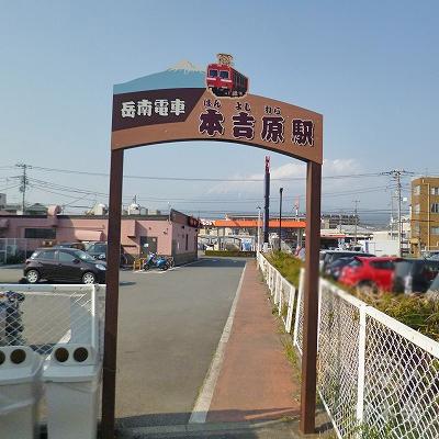 駅を出たら、目の前の道を50m進みます。