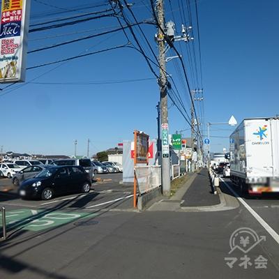 道路が左に曲がると、レイクが見えてきます。
