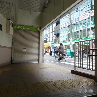 西出口から地上に出ます。右手に向かいます。