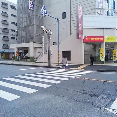 左手にスタジオアリスがある大きな交差点を左に曲がります。