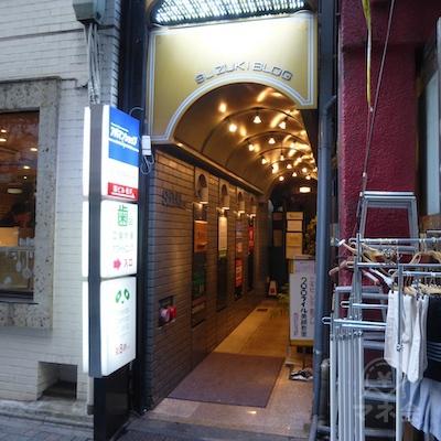 鈴木ビルの入口です。アイフル看板はありません。