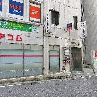 建物側面に入口があります。