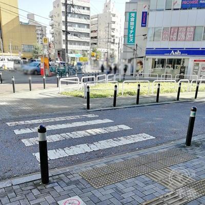 信号のない短い横断歩道を渡り、右に曲がりましょう。