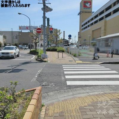 横断歩道を渡り、直進します。