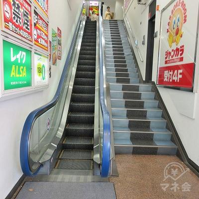 建物入口には上りエスカレーターと階段があります。