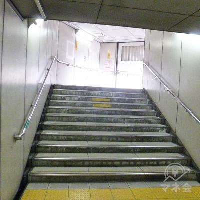 通路は引き続き階段となり、地上へ向かいます。