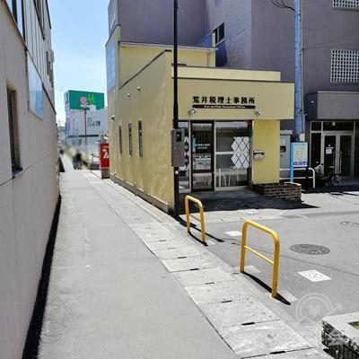 改札を出て、左側の道を歩きます。ホーム沿いの道を歩くことになります。