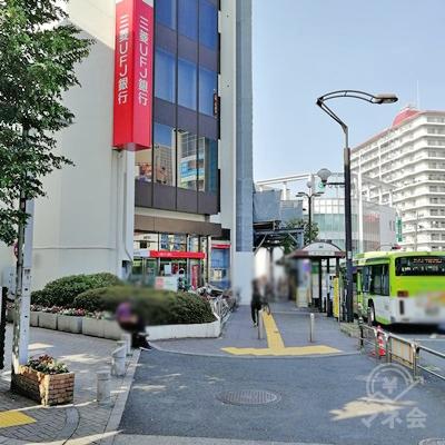 三菱UFJ銀行とバス停の間の道を歩きましょう。