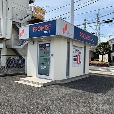 プロミスの店舗です。店舗前には駐車場もあります。