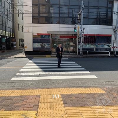 前方の横断歩道をUFJ銀行の方へ渡ります。