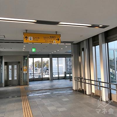 名鉄三河線の土橋駅改札を抜けたら、北出口方面へ進みます。