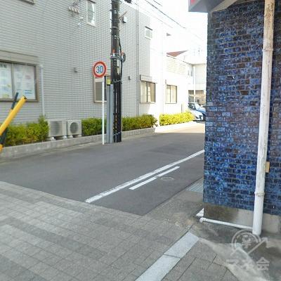 ビルの先にある路地を右折してください。